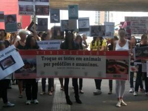 """Manifestantes """"antivivissecção"""" pedem testes científicos e industriais em criminosos: o reacionarismo toma de assalto parte da militância animal"""