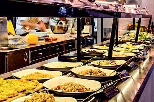 Balcão de self-service de restaurante vegano de Roma