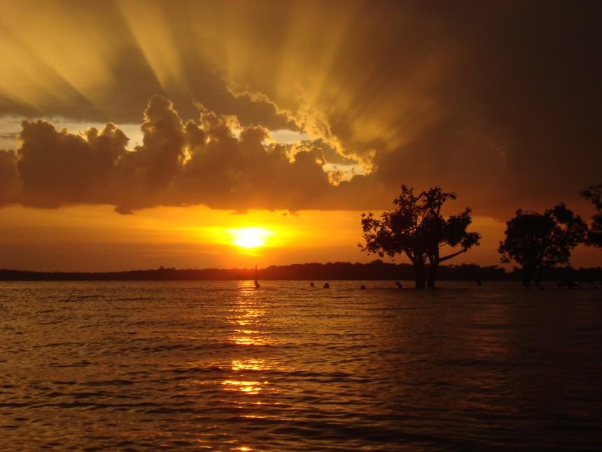 Nascer do Sol num rio da Amazônia